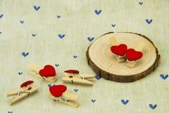 Grume, bride en bois en forme de coeur rouge Photos libres de droits