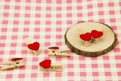 Grume, bride en bois en forme de coeur rouge Images libres de droits