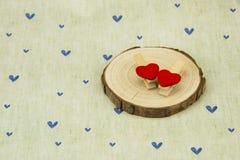 Grume, bride en bois en forme de coeur rouge Photographie stock libre de droits