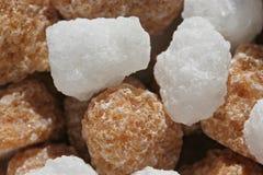 Grumi dello zucchero bianco e del Brown Fotografia Stock