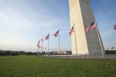 Grund av den Washington monumentet med flaggor Fotografering för Bildbyråer