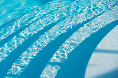 Grund bakgrund för vatten för simbassängbottentegelplattor Fotografering för Bildbyråer