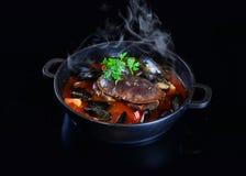 Grund för kinesHotPot kryddig soppa med krabban och skaldjur Arkivfoto