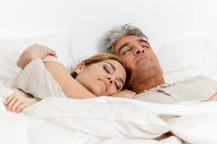 grund fokus för fält för pardjupframsida sova tillsammans kvinnan arkivbild
