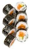 Grund-Kappa maki- Sushi mit Lachsen und Gurke Lizenzfreies Stockfoto
