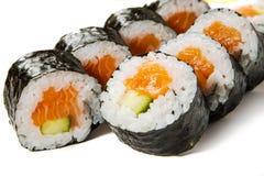 Grund-Kappa maki- Sushi mit Lachsen und Gurke Lizenzfreie Stockfotografie
