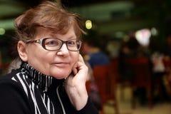 grund kvinna för dof-ståendepensionär Arkivfoton