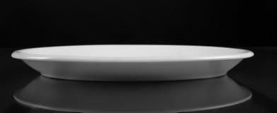 Grund maträtt för porslinrundafyrkant Arkivbild