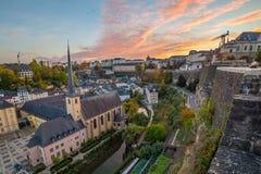 Grund och den Luxembourg horisonten på solnedgången arkivfoto