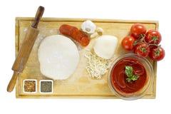 grund pizza för djupfältingredienser Royaltyfri Fotografi