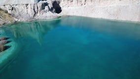 Grund sjösäng och reflexion av berget i vatten stock video