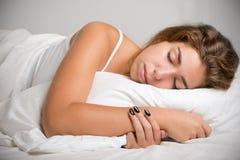 grund sova kvinna för djupfält royaltyfria foton