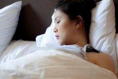 grund sova kvinna för djupfält arkivfoto