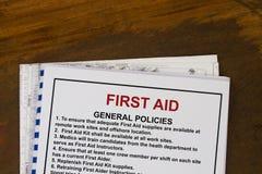 Grundausbildungshandbuch der ersten Hilfe stockbilder