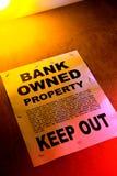 Grundbesitz-Querneigung besaß Zeichen auf Gebäude stockfoto