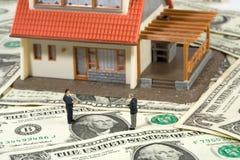 Grundbesitzkonzept auf Dollarhintergrund Lizenzfreie Stockbilder