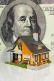 Grundbesitzkonzept auf großem Dollarhintergrund Lizenzfreie Stockfotografie