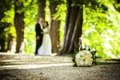 Grundblumenstrauß mit unscharfen Paaren Stockfotografie