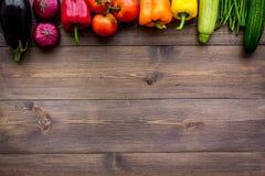 Grunden av sunt bantar Grönsaker paprika, tomater, morot, zucchini, aubergine på bästa sikt för mörk träbakgrund royaltyfri foto