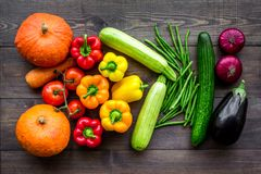 Grunden av sunt bantar Grönsaker pumpa, paprika, tomater, morot, zucchini, aubergine på mörk träbakgrundsöverkant Royaltyfri Fotografi