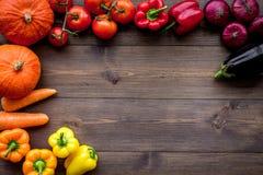 Grunden av sunt bantar Grönsaker pumpa, paprika, tomater, morot, zucchini, aubergine på mörk träbakgrundsöverkant royaltyfria bilder