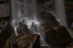 Grunden av vattenfallet, vatten som applåderar på, vaggar Royaltyfria Foton
