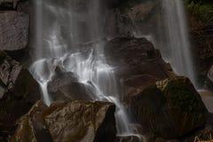 Grunden av vattenfallet, vatten som applåderar på, vaggar Fotografering för Bildbyråer