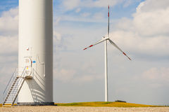 Grunden av vindturbinen, en i bakgrund, synlig propeller. Arkivfoto