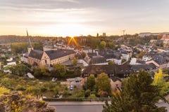Grunden och delen av den Luxembourg horisonten på soluppgång arkivfoto
