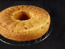 Grundläggande kaka En kaka är förberedd att dekoreras Arkivbild