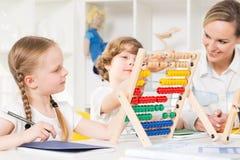 Grundläggande matematik som utbildar med bruket av kulrammet Arkivbild