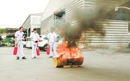 Grundläggande utbildning för brandstridighet och för evakueringsbranddrillborr på Octobe arkivfoton