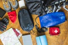 Grundläggande utrustning som ska packas vid turisten royaltyfria foton