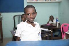 Grundl?ggande skolbarn fr?n Ghana, V?stafrika royaltyfri foto