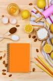 Grundlegende Backenbestandteile und Küchenwerkzeuge schließen oben Lizenzfreies Stockfoto