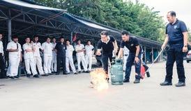 Grundlegende Feuerbekämpfung und Evakuierungs-Brandschutzübungs-Training auf Octobe Stockfoto