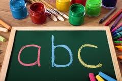 Grundlegende Lesung ABCs und Schreiben, Tafel, Schulbank Stockbilder