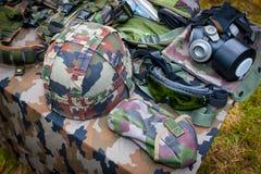 Grundlegende militärische Ausrüstung mit Sturzhelm, Gläsern und Gasmaske Stockfoto