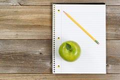 Grundlegende Werkzeuge für Schule oder Büro auf rustikalen hölzernen Brettern Lizenzfreies Stockbild