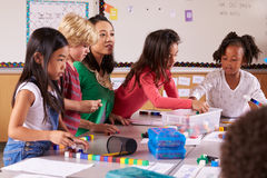 Grundlegender Schullehrergebrauch blockiert Spiel in der Klasse mit Kindern Stockbild