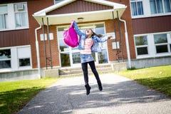 Grundlegender Student, der zurück zur Schule geht Stockfoto