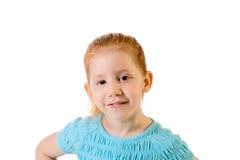 Grundlegendes Altersmädchen des freundlichen Redhead in der blauen Oberseite lizenzfreie stockfotos