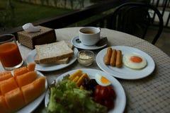 Grundlegendes Frühstück auf dem Tisch im natürlichen Licht Stockfotografie