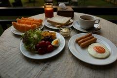 Grundlegendes Frühstück auf dem Tisch im natürlichen Licht Stockfoto