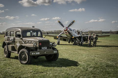 Grundmannschaft behalten einen Mustang p-51 mit Militärlimousinen WW2 herein bei Stockbild