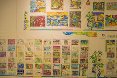 Grundschüler, die für die Jugend Olympischen Spiele malen Stockbilder