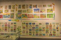 Grundschüler, die für die Jugend Olympischen Spiele malen Stockfotos