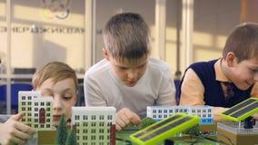 Grundschüler, die Projekt der alternativen Energie der Studie auf einem Stadtprototyp tun stock video