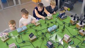 Grundschüler, die Projekt der alternativen Energie der Studie auf einem Stadtprototyp tun stock video footage