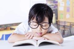 Grundschüler liest Buch Stockfotos